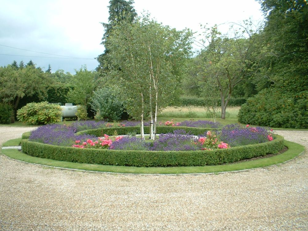 Large Garden Maintained in Upper Basildon 1